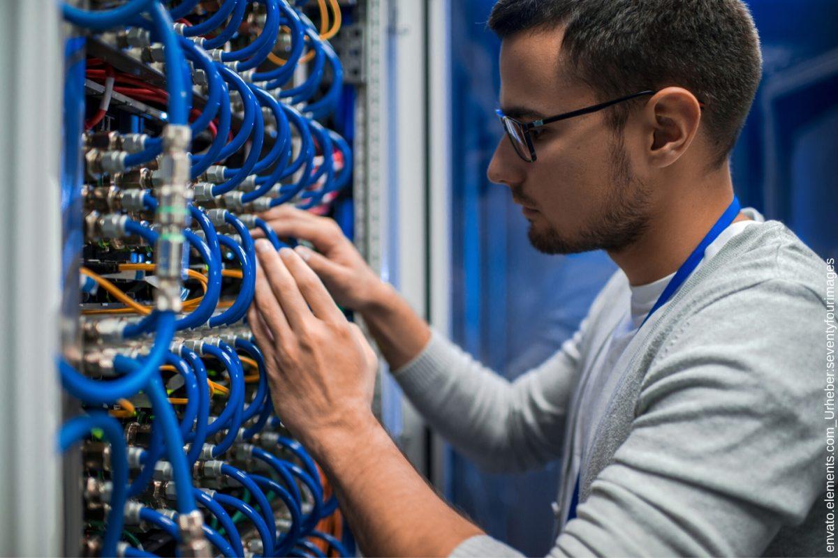 Hier in diesem Blogartikel geht um einen 19 Zoll Severschrank. Außerdem erklären wir Ihnen, warum man gleich einen 19 Zoll Rack Serverschrank kaufen sollte.